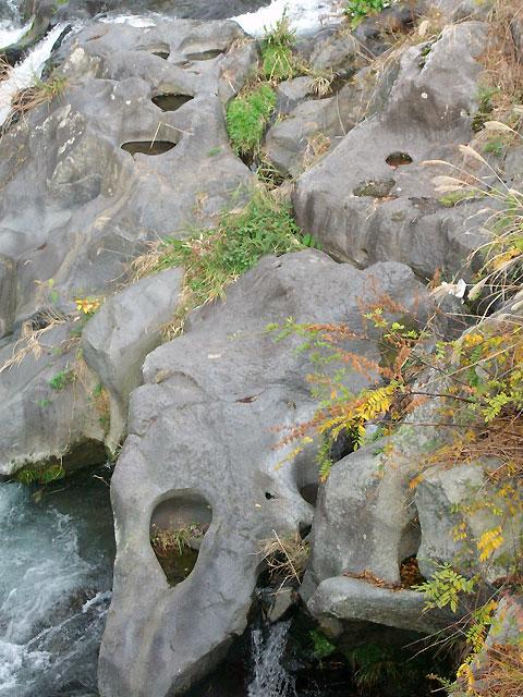 岩盤の所々にあいた甌穴