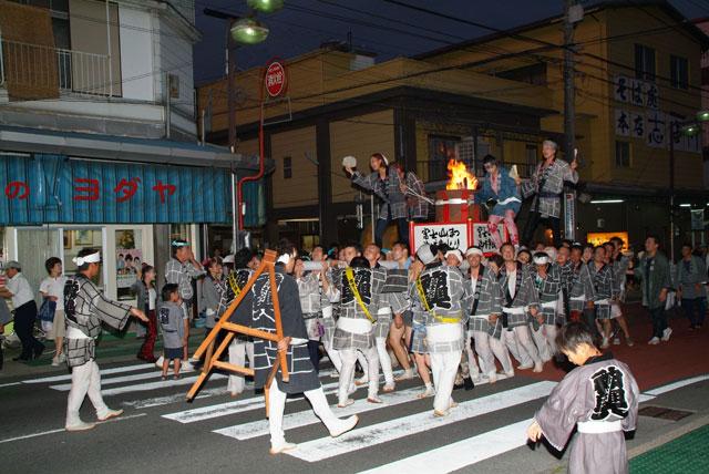 西隊練り歩く-富士宮神輿会