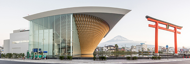 富士山世界遺産センターと浅間大社大鳥居